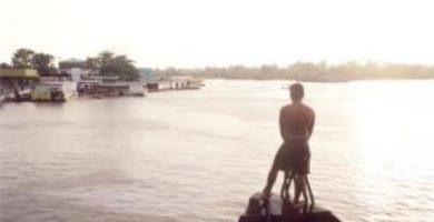 Río abajo en el Amazonas